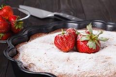 Coupe de tarte frais avec la fraise sur la table en bois Photographie stock