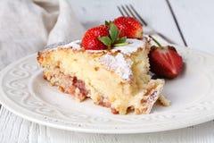 Coupe de tarte frais avec la fraise sur la table en bois Photo libre de droits
