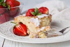 Coupe de tarte frais avec la fraise sur la table en bois Photos libres de droits