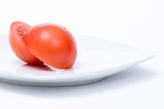 Coupe de tomate dans la moitié d'isolement Photographie stock libre de droits