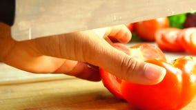 Coupe de tomate en cales banque de vidéos