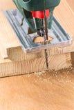 Coupe en bois avec la frette-scie électrique Images stock