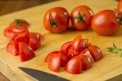 coupe en tranches des tomates Tomates coupées Nourriture saine de tomates fraîches Photo libre de droits