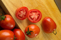 coupe en tranches des tomates Tomates coupées Nourriture saine de tomates fraîches Image stock