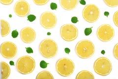 Coupe en tranches le citron avec les feuilles en bon état d'isolement sur le fond blanc Configuration plate, vue supérieure Image libre de droits
