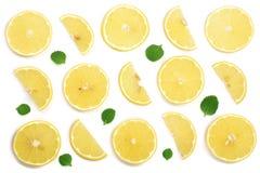 Coupe en tranches le citron avec les feuilles en bon état d'isolement sur le fond blanc Configuration plate, vue supérieure Photo stock
