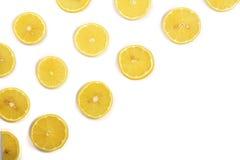 Coupe en tranches le citron avec les feuilles en bon état d'isolement sur le fond blanc avec l'espace de copie pour votre texte C Images libres de droits
