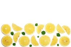 Coupe en tranches le citron avec les feuilles en bon état d'isolement sur le fond blanc avec l'espace de copie pour votre texte C Images stock