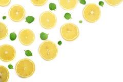 Coupe en tranches le citron avec les feuilles en bon état d'isolement sur le fond blanc avec l'espace de copie pour votre texte C Photographie stock libre de droits