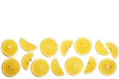Coupe en tranches le citron avec les feuilles en bon état d'isolement sur le fond blanc avec l'espace de copie pour votre texte C Photo libre de droits