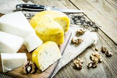 Coupe en tranches le fromage dans la cuisine Photos stock