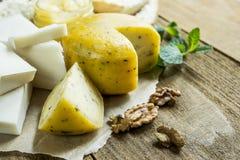 Coupe en tranches le fromage dans la cuisine Images libres de droits