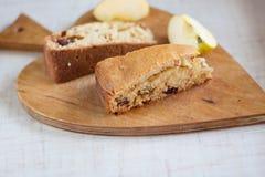 Coupe en tranches le tarte avec des raisins secs Image libre de droits