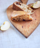 Coupe en tranches le tarte sur le conseil en bois Photos stock