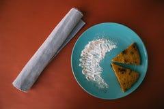Coupe faite maison de cake à la banane de chocolat dans la triangle photographie stock