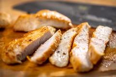 Coupe grillée de blanc de poulet en bandes Photo stock