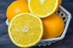 Coupe juteuse d'orange dans la moitié pour faire le jus d'orange pour le petit déjeuner Photo stock