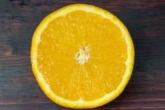 Coupe juteuse d'orange dans la moitié pour faire le jus d'orange pour le petit déjeuner Photographie stock libre de droits