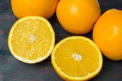 Coupe juteuse d'orange dans la moitié pour faire le jus d'orange pour le petit déjeuner Photos stock