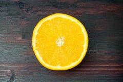 Coupe juteuse d'orange dans la moitié pour faire le jus d'orange pour le petit déjeuner Photographie stock