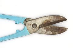 Coupe les bouts d'un coup de ciseaux antiques et vieux, d'isolement sur le fond noir images stock