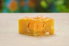 Coupe mushed de durian bourrée par dessert chinois de tradition de gâteau de lune pour le morceau sur le bloc de côtelette image stock