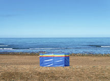 Coupe-vent sur la plage abandonnée Images stock
