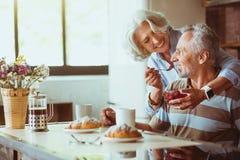 Coupel envelhecido de amor positivo que come o café da manhã Fotos de Stock Royalty Free