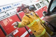 Couper de sapeurs-pompiers ouvrent un véhicule Photos libres de droits