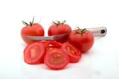 Couper en tranches des tomates Images libres de droits