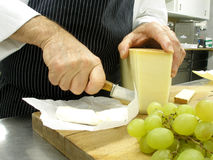 Couper en tranches le fromage Images libres de droits