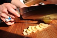 Couper en tranches le gingembre. Image libre de droits