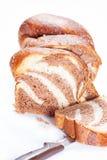 Couper en tranches le pain frais fait maison de lait Images stock