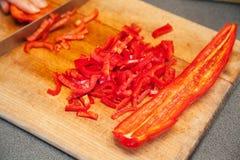 Couper en tranches le poivron doux rouge photo libre de droits