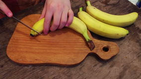 Couper en tranches une banane dans les tranches minces clips vidéos