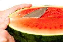 Couper en tranches une pastèque Image stock