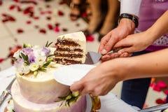 Couper le gâteau de mariage image stock