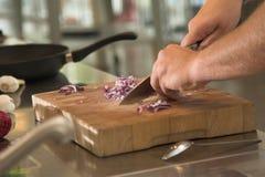 Couper les oignons photographie stock