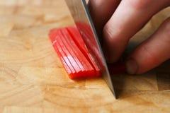 Couper les poivrons rouges Image libre de droits