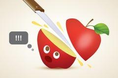 Couper une pomme rouge Images libres de droits