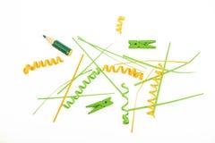 Coupes, agrafes et pinces à linge de papier mélangées sur le blanc Photo libre de droits