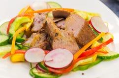 Coupes délicieuses de bifteck de flanc cuites à la perfection Image stock