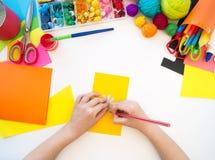 Coupes d'enfant une fleur de papier Plastique de papier d'origami Jouet préféré de passe-temps images libres de droits