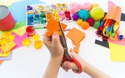 Coupes d'enfant une fleur de papier Plastique de papier d'origami Jouet préféré de passe-temps images stock
