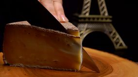 Coupes de couteau une tranche mince de fromage à pâte dure banque de vidéos