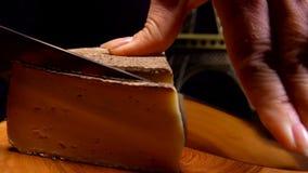 Coupes de couteau une tranche mince de fromage ? p?te dure clips vidéos
