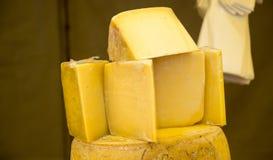 coupes de fromage kashkaval ou de kasseri à vendre images libres de droits
