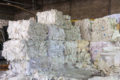 Coupes de papier pi de pile de plan rapproché d'usine d'usine de réutilisation de règlages images stock