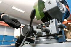 Coupes de travailleur par morceau avec une machine circulaire de scie Ingénieur industriel travaillant à couper un métal et un ac photographie stock libre de droits