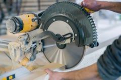 Coupes de travailleur qu'une circulaire de poutre en bois a vues photographie stock